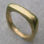 contemporary 18ct yellow gold wedding ring